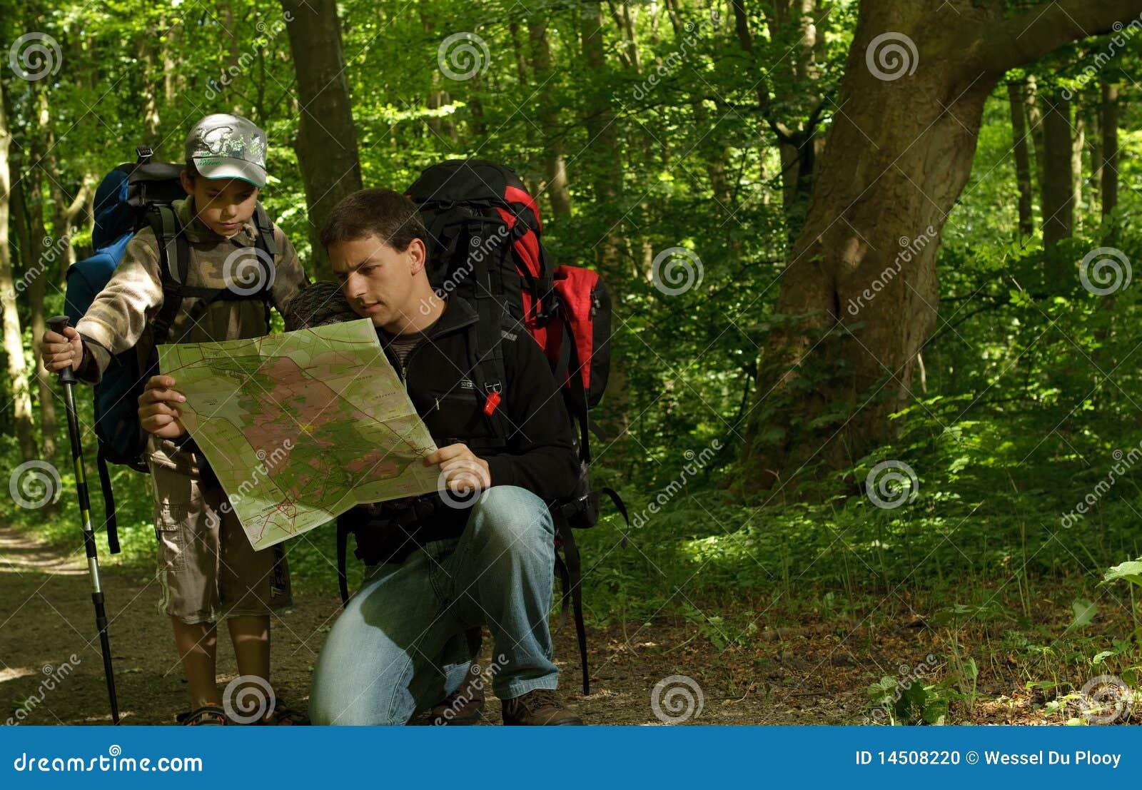 Padre e figlio che fanno un escursione nella foresta