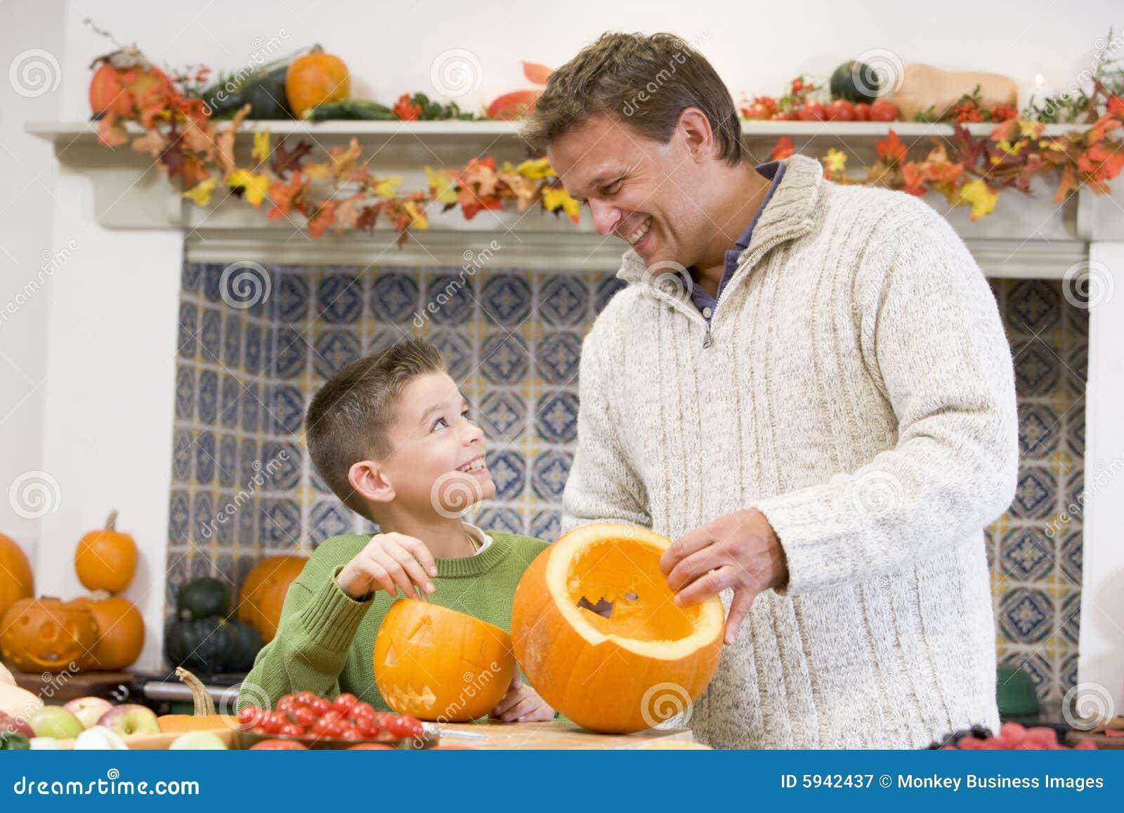 Padre e figlio che intagliano un punpkin per Halloween