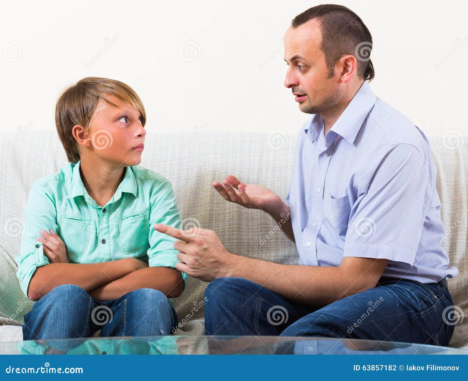 Padre e figlio che parlano seriamente a casa fotografia for Suo e suo bagno