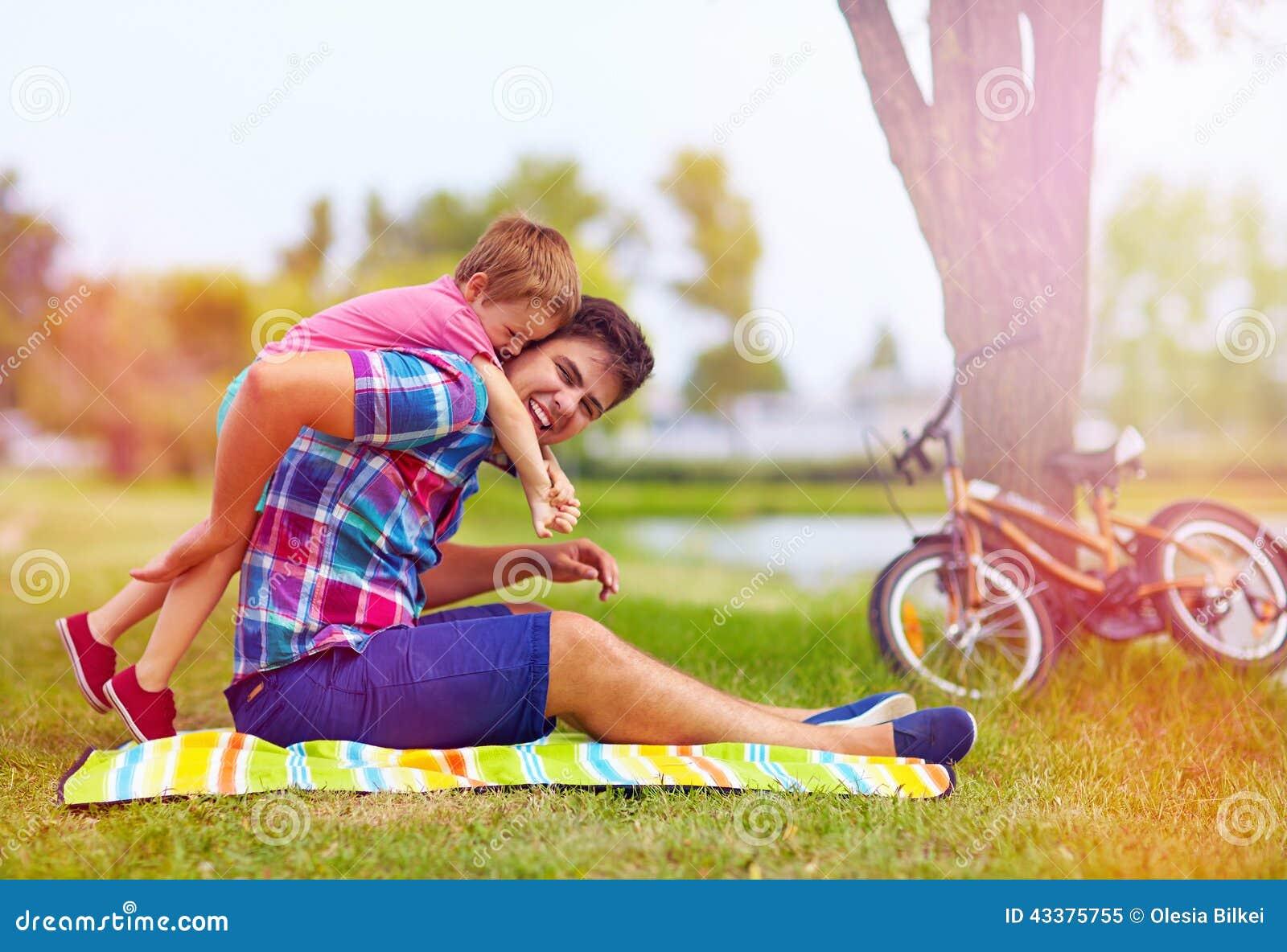 Padre e figlio divertendosi nel parco della città