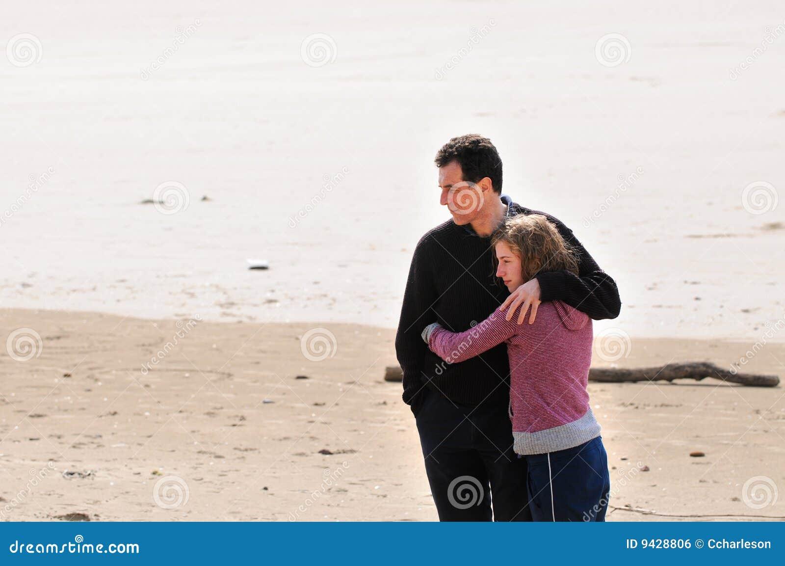 ... de archivo libre de regalías: Padre e hija adolescente en la playa