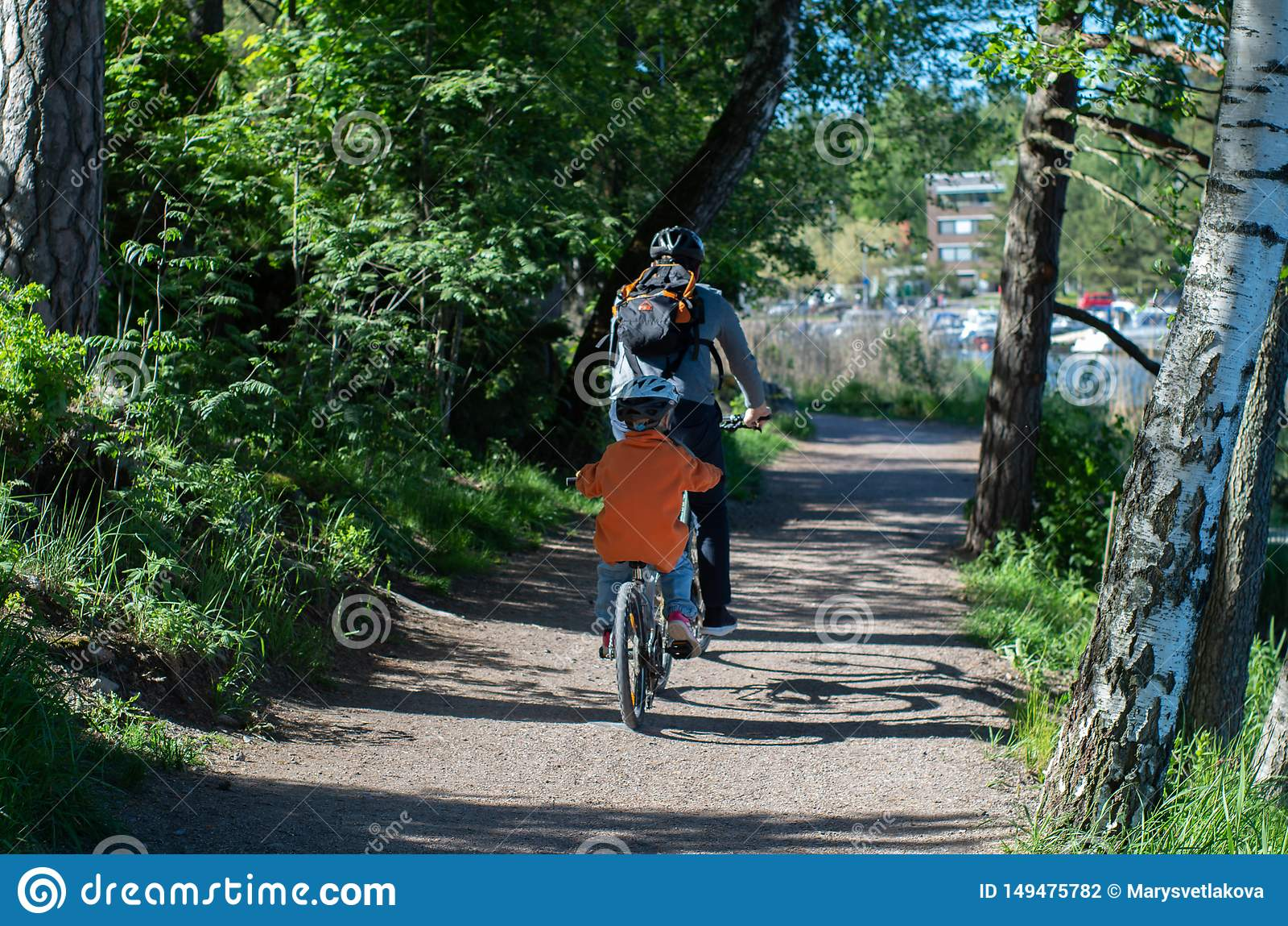 Padre e hijo bicicletas que montan