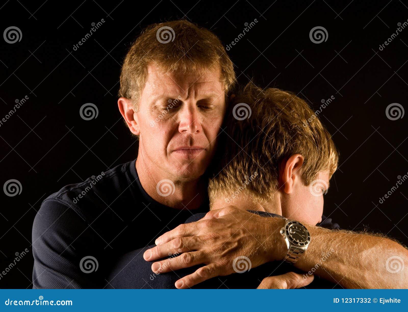 Padre e hijo en abrazo emocional