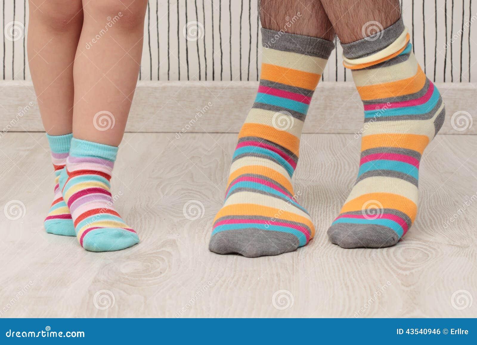 Padre e hijo en calcetines foto de archivo. Imagen de color - 43540946