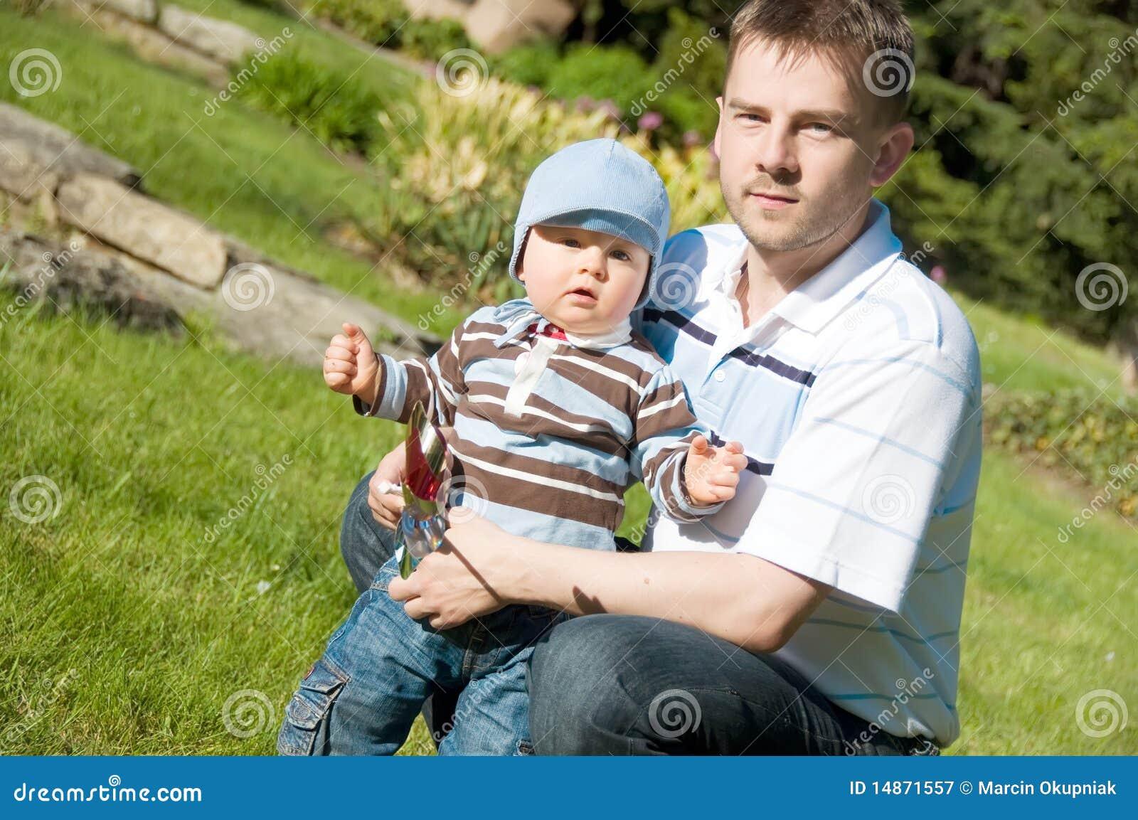 Padre e hijo en parque