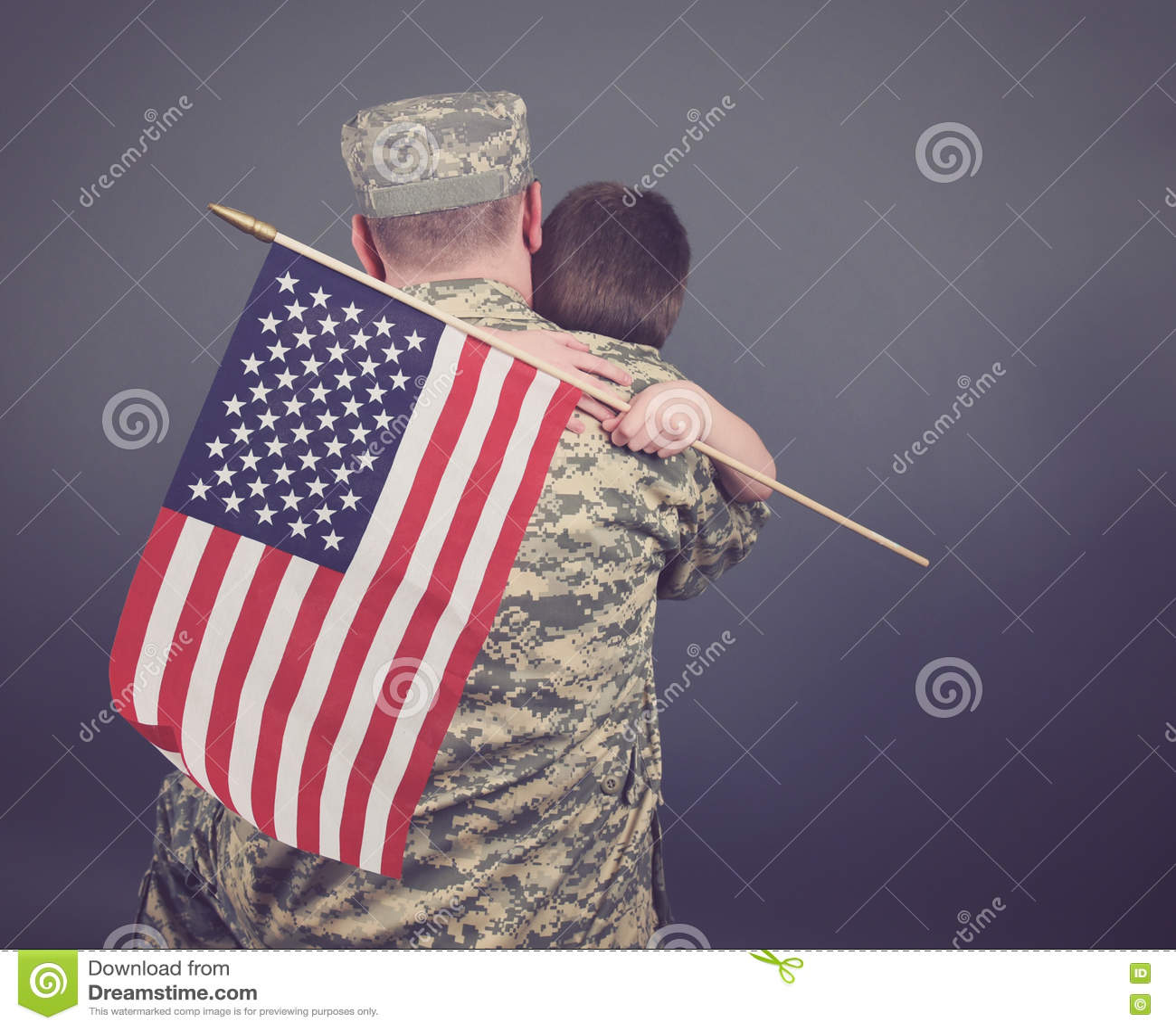 Padre e hijo que abrazan después de la guerra aislada