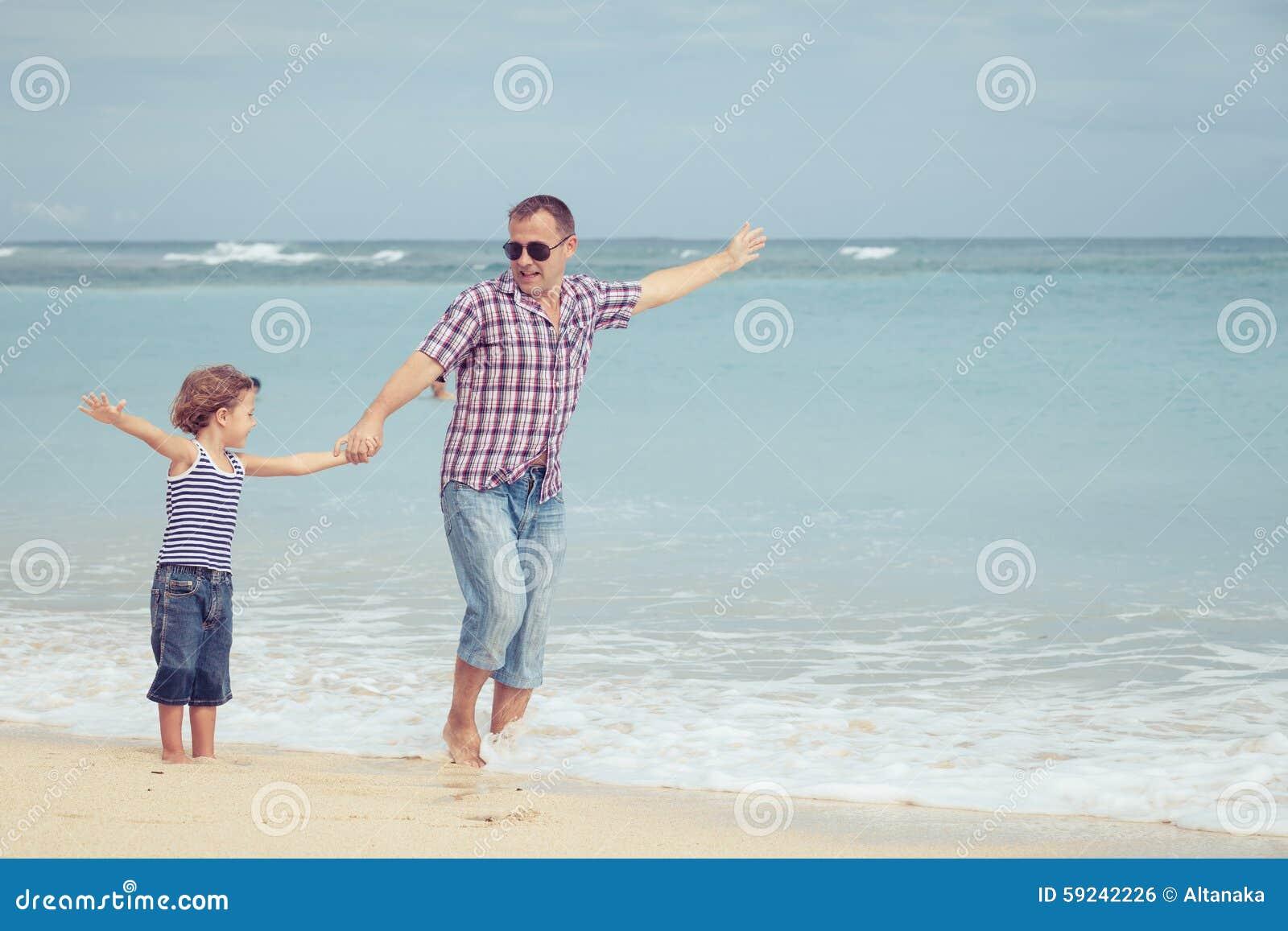 Download Padre E Hijo Que Juegan En La Playa En El Tiempo Del Día Foto de archivo - Imagen de amor, teniendo: 59242226
