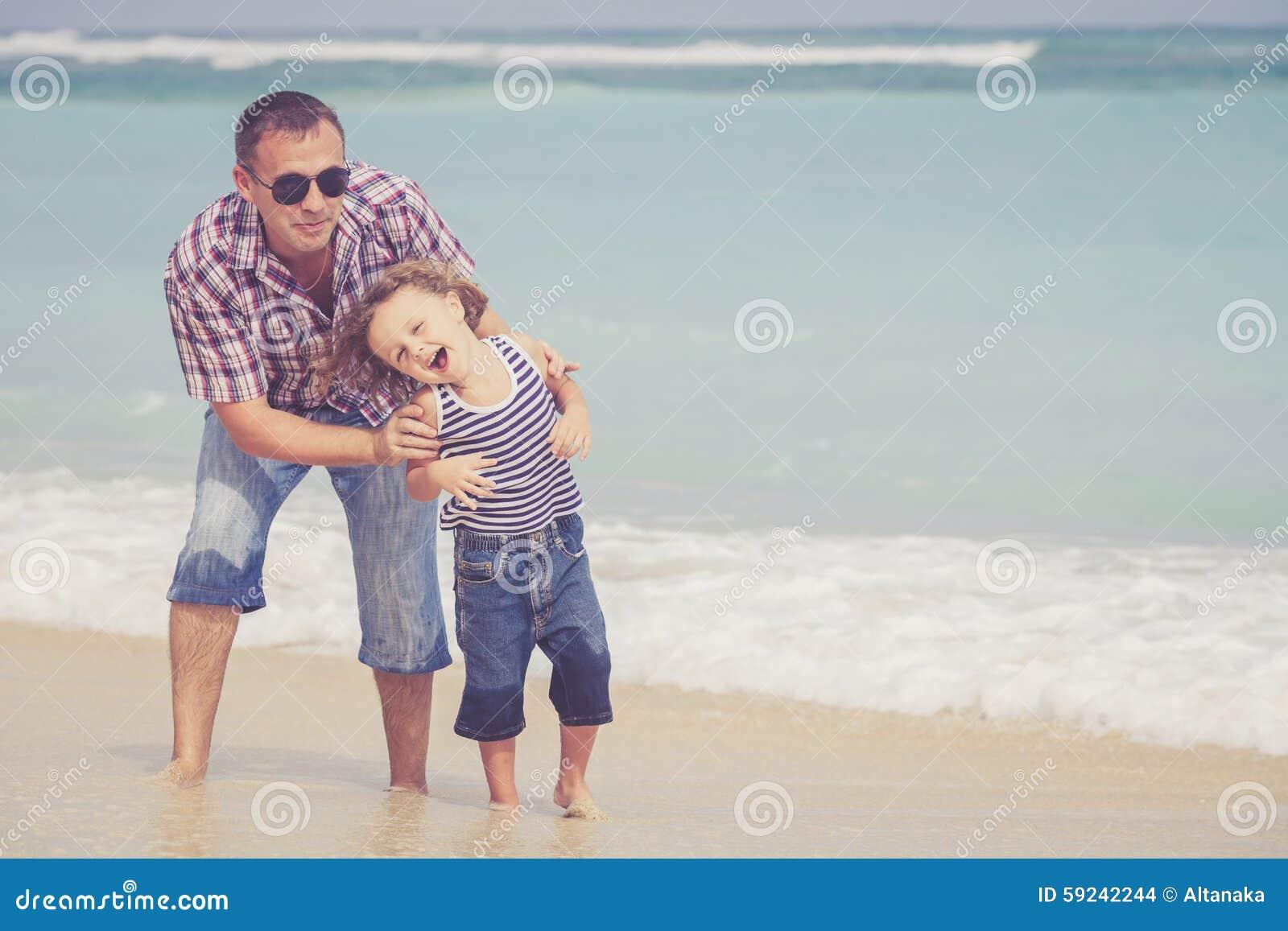 Download Padre E Hijo Que Juegan En La Playa En El Tiempo Del Día Foto de archivo - Imagen de cubo, familia: 59242244