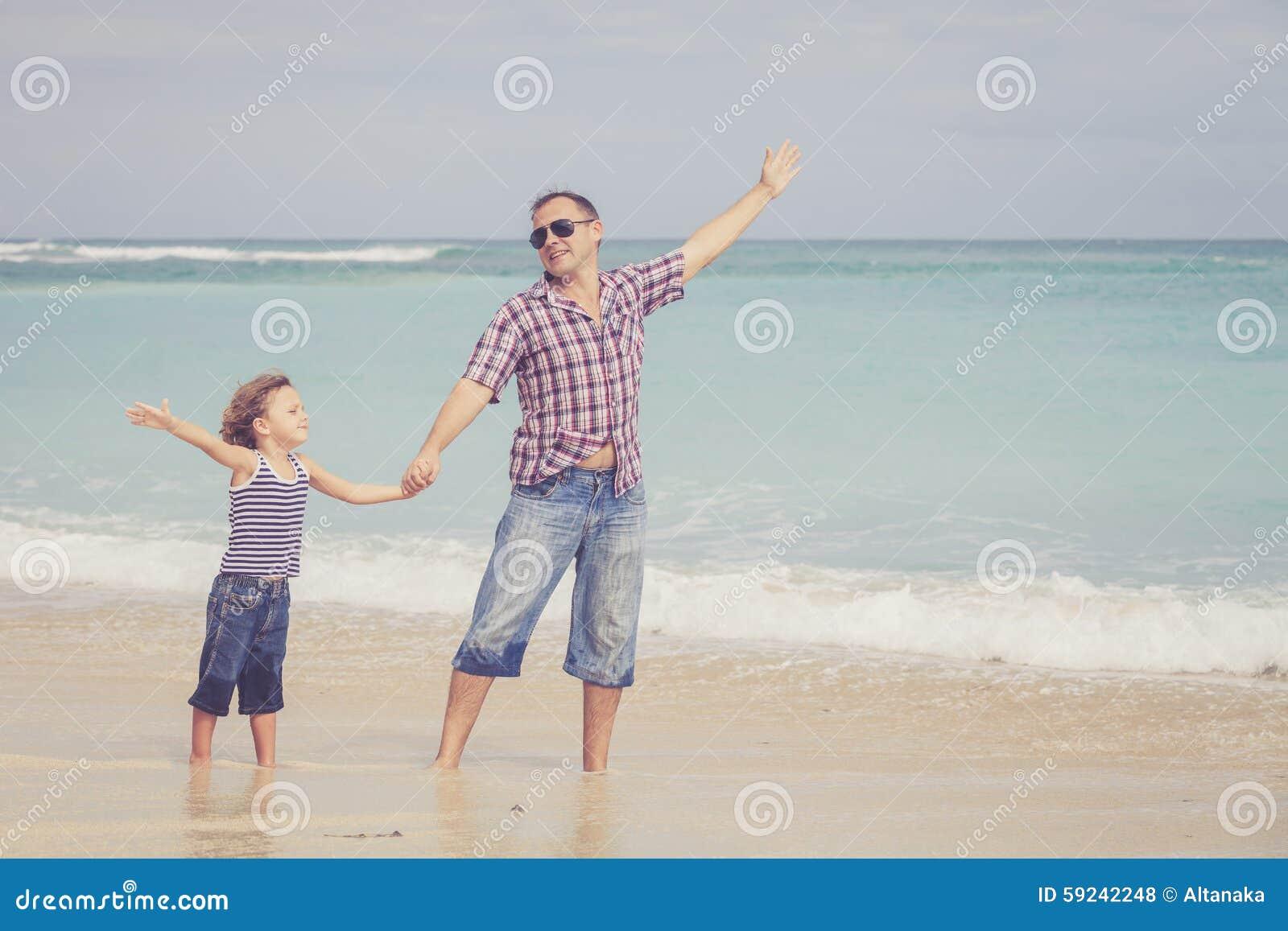 Download Padre E Hijo Que Juegan En La Playa En El Tiempo Del Día Foto de archivo - Imagen de alegría, playa: 59242248
