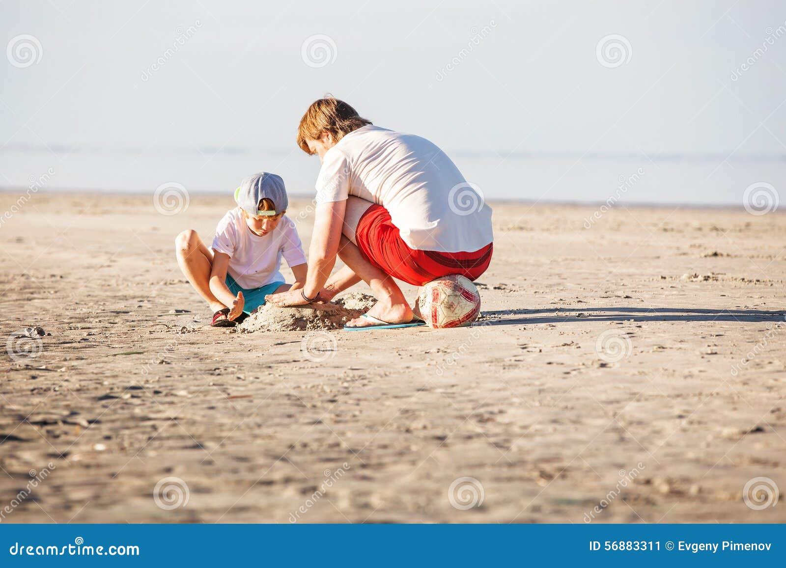 Padre felice e figlio che hanno grande tempo sul