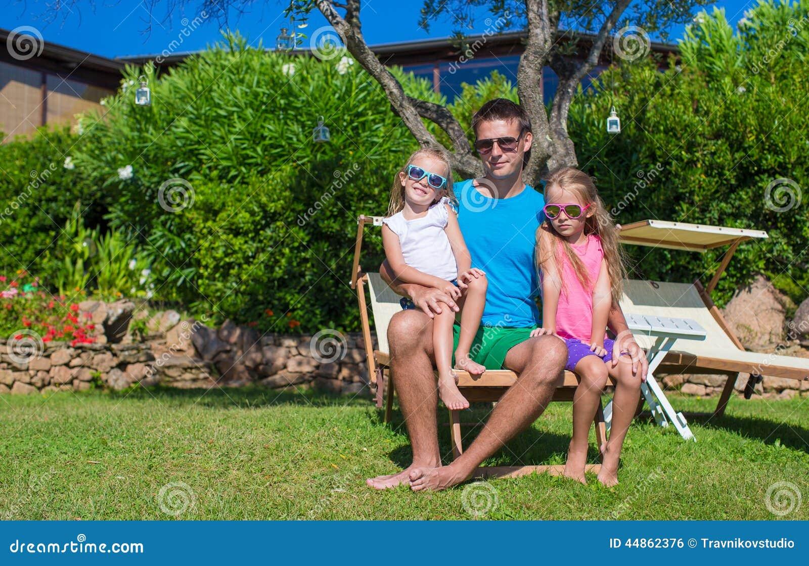 Padre feliz y sus pequeñas hijas adorables