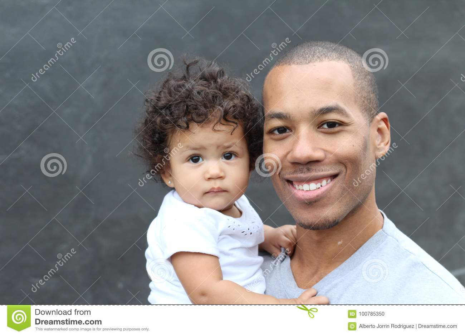Padre negro feliz y pequeña hija linda que abrazan, sonriendo