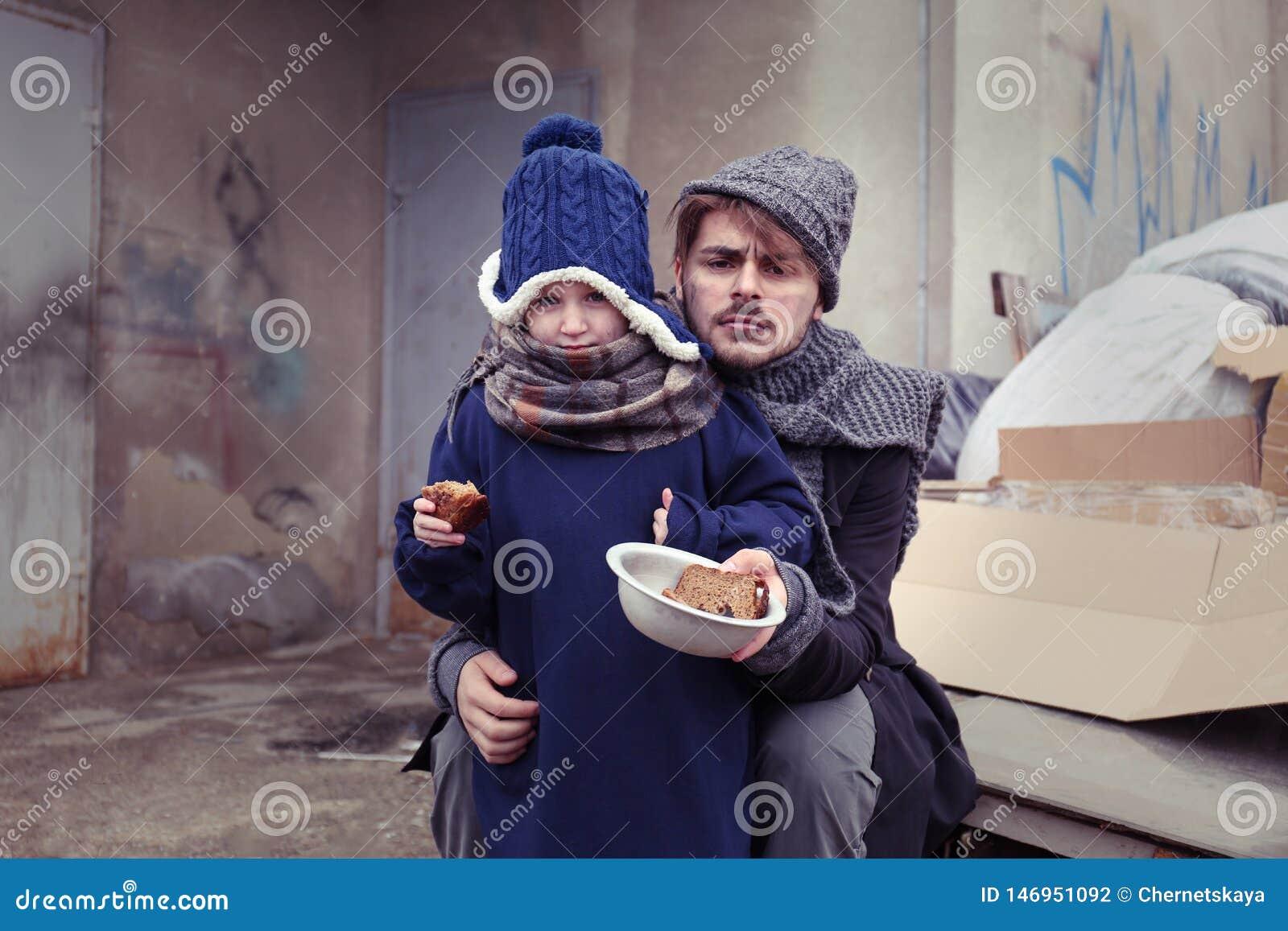 Padre povero e bambino con pane