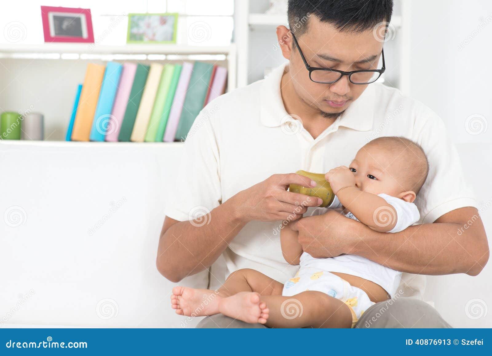Padre que cría con biberón al bebé