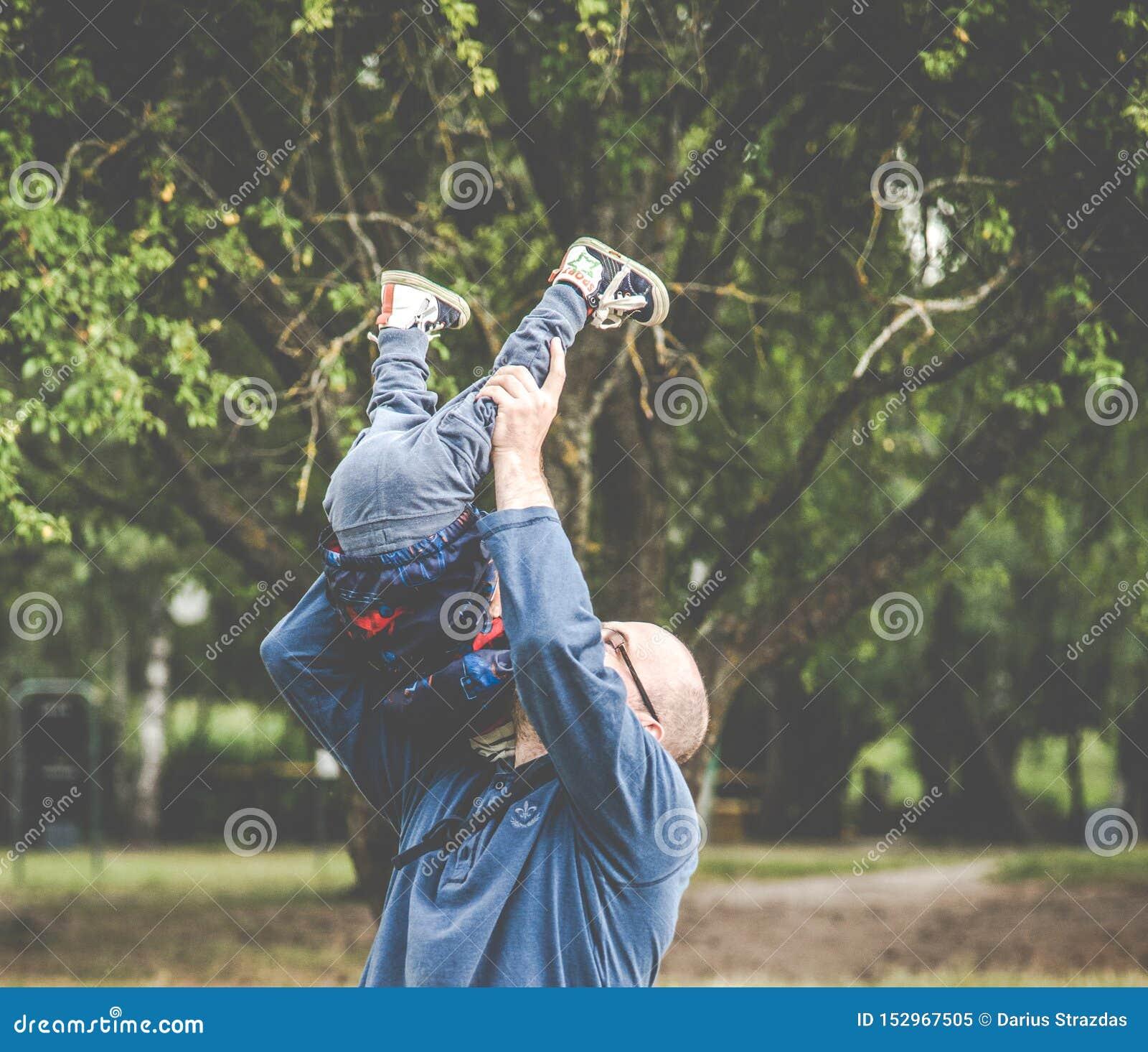 Padre que juega con su niño