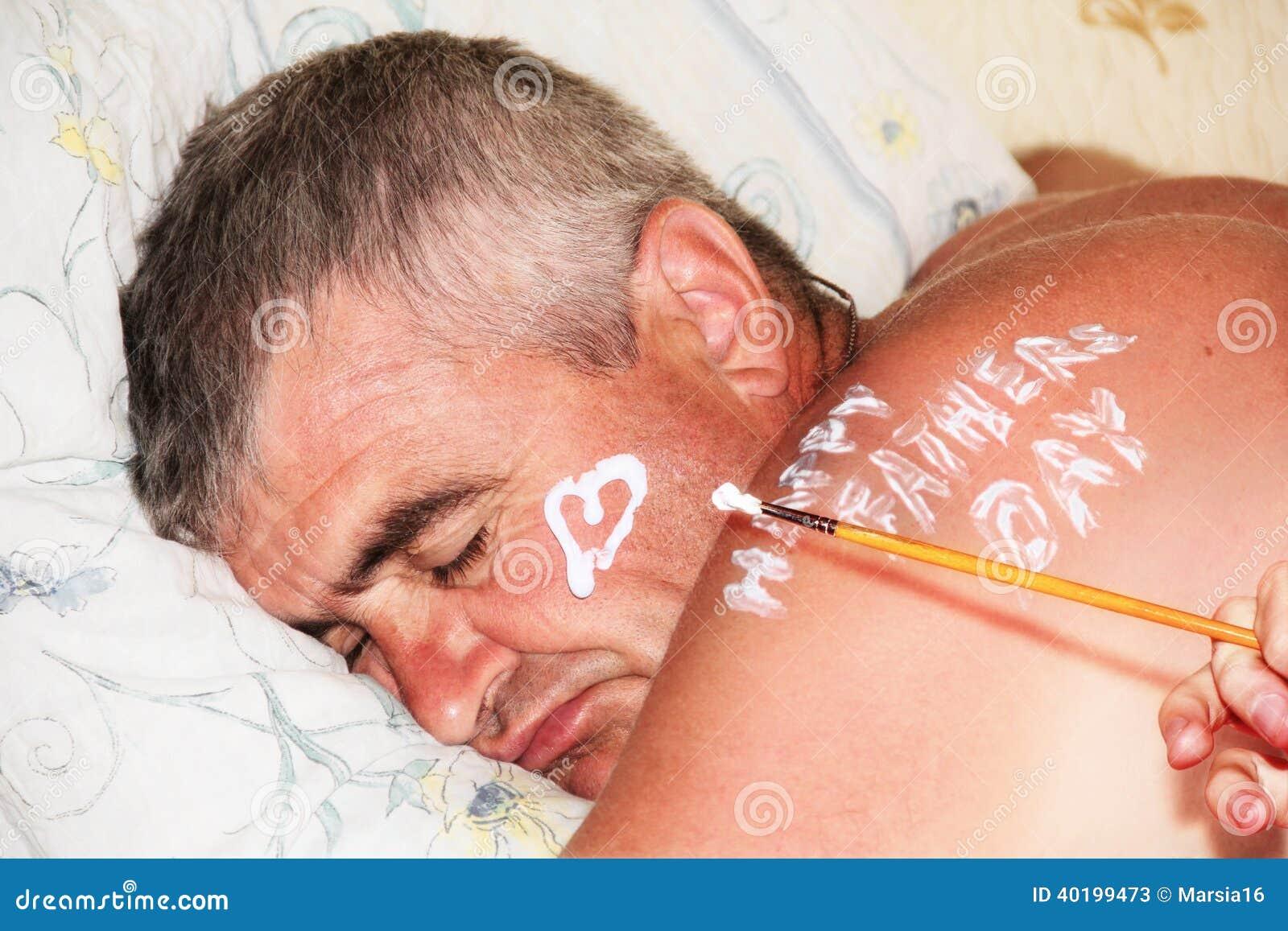 Padre Sleeping. Corazón del dibujo del niño.