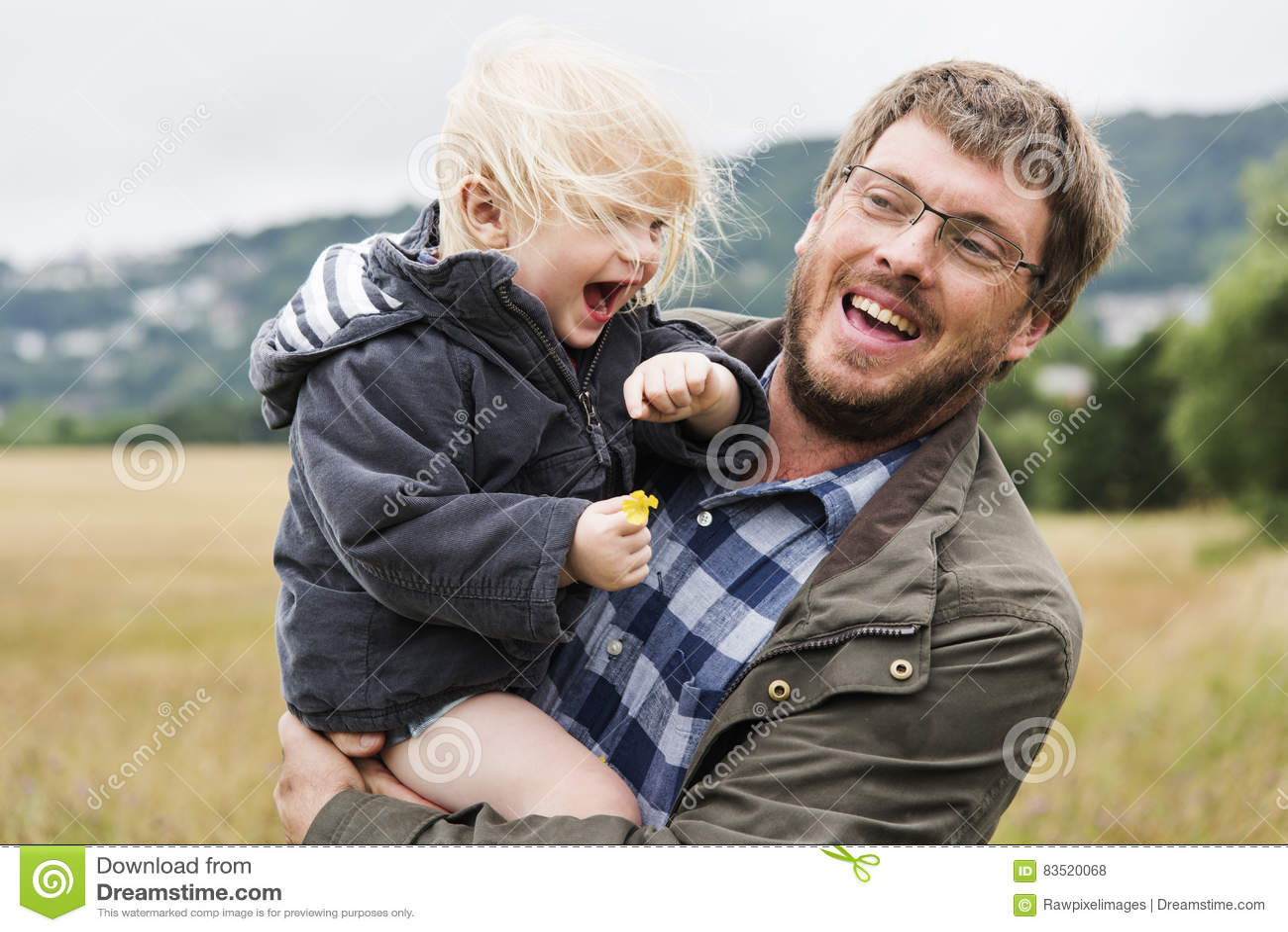Padre Son Smiling Togetherness de la familia al aire libre que lleva concepto