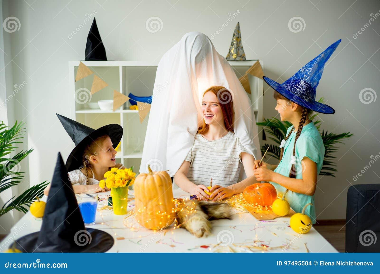 Padre in un costume del fantasma
