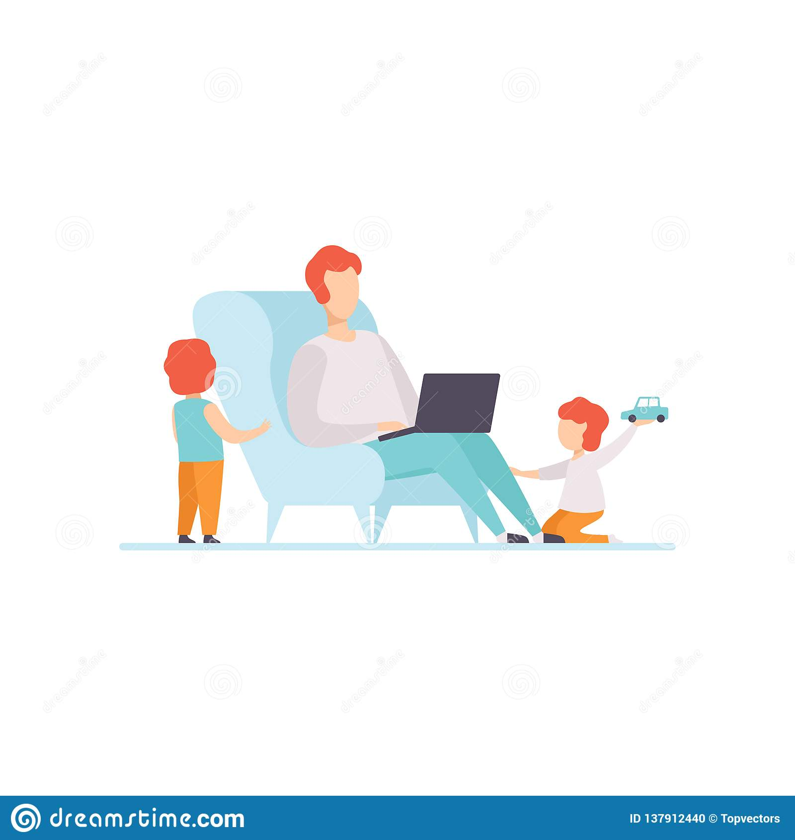 Padre Working en el ordenador portátil mientras que se sienta en el sofá en casa, sus hijos que juegan al lado de él, Freelancer,