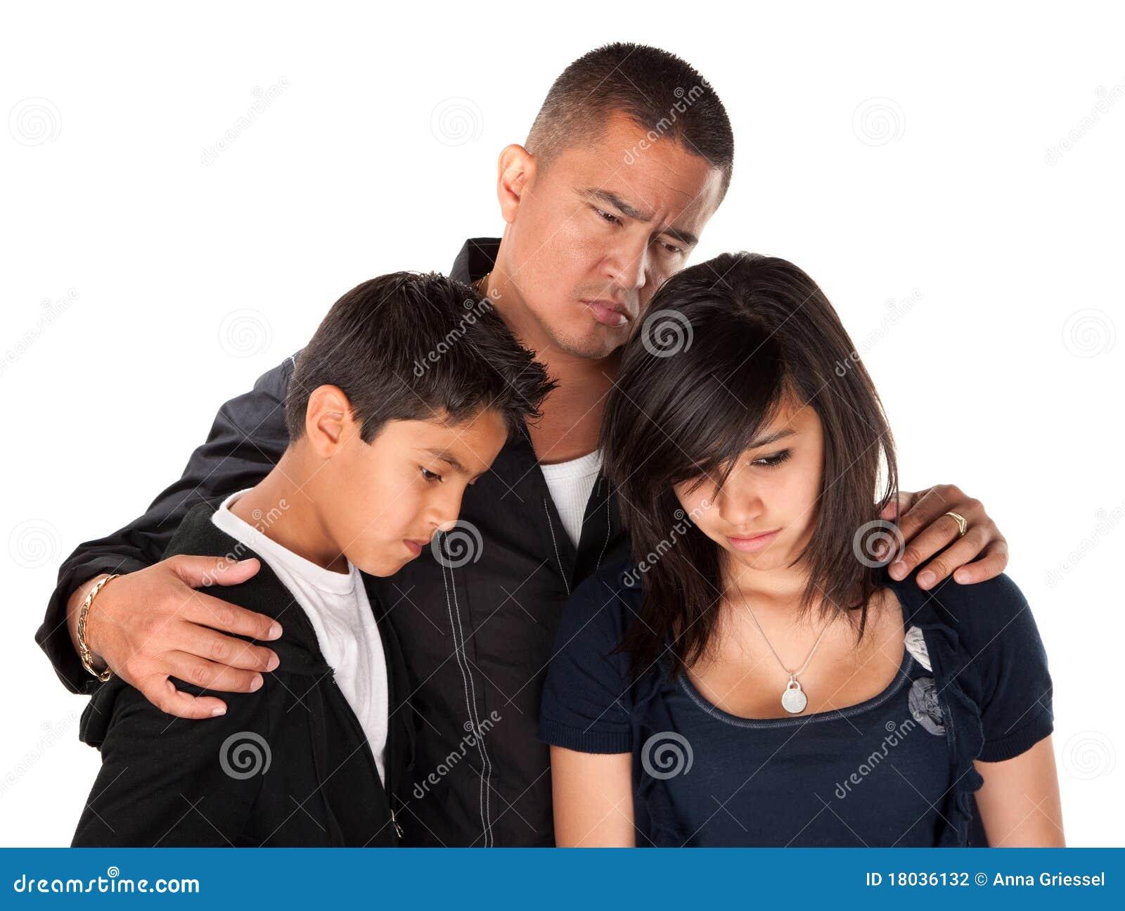Padre y niños que parecen tristes