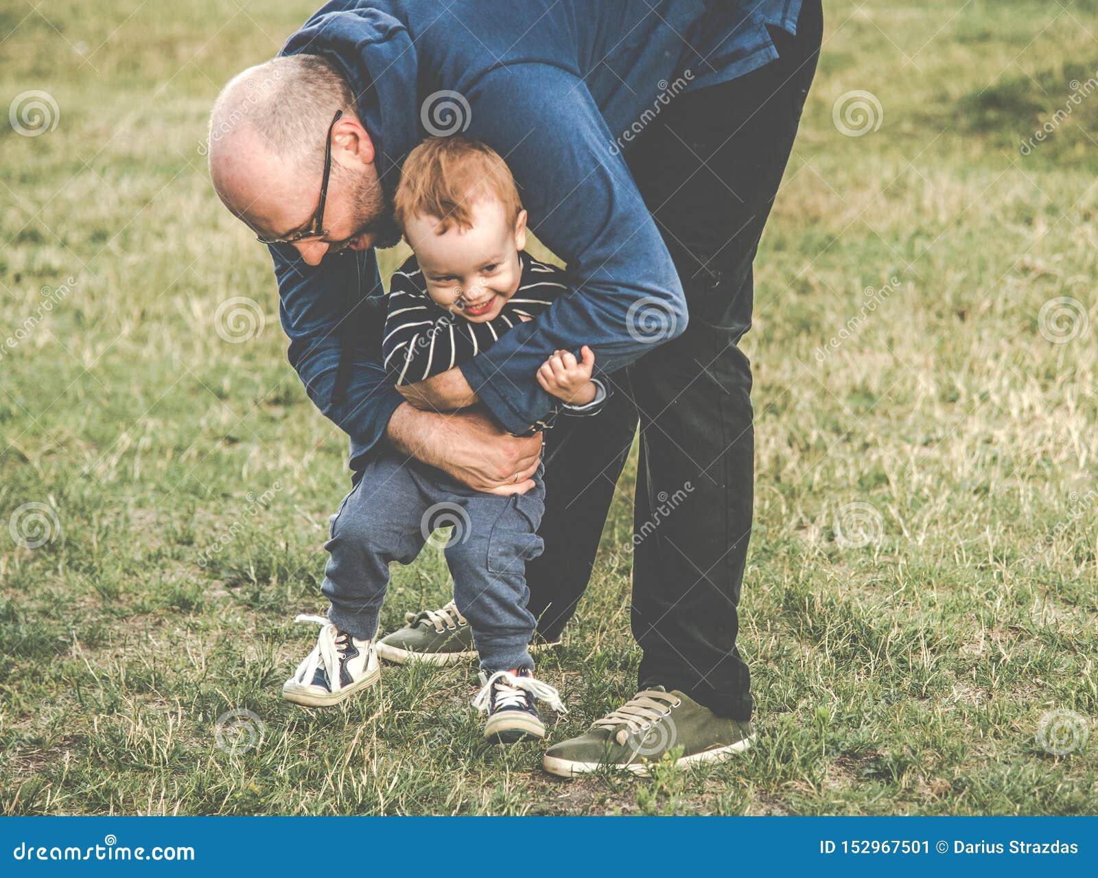 Padre y ni?o al aire libre
