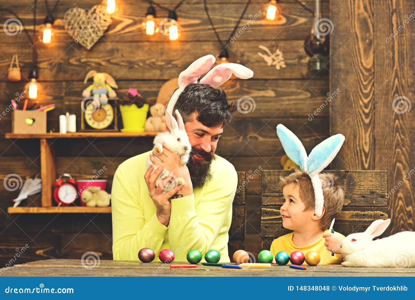 Padre y ni?o que pintan los huevos de Pascua