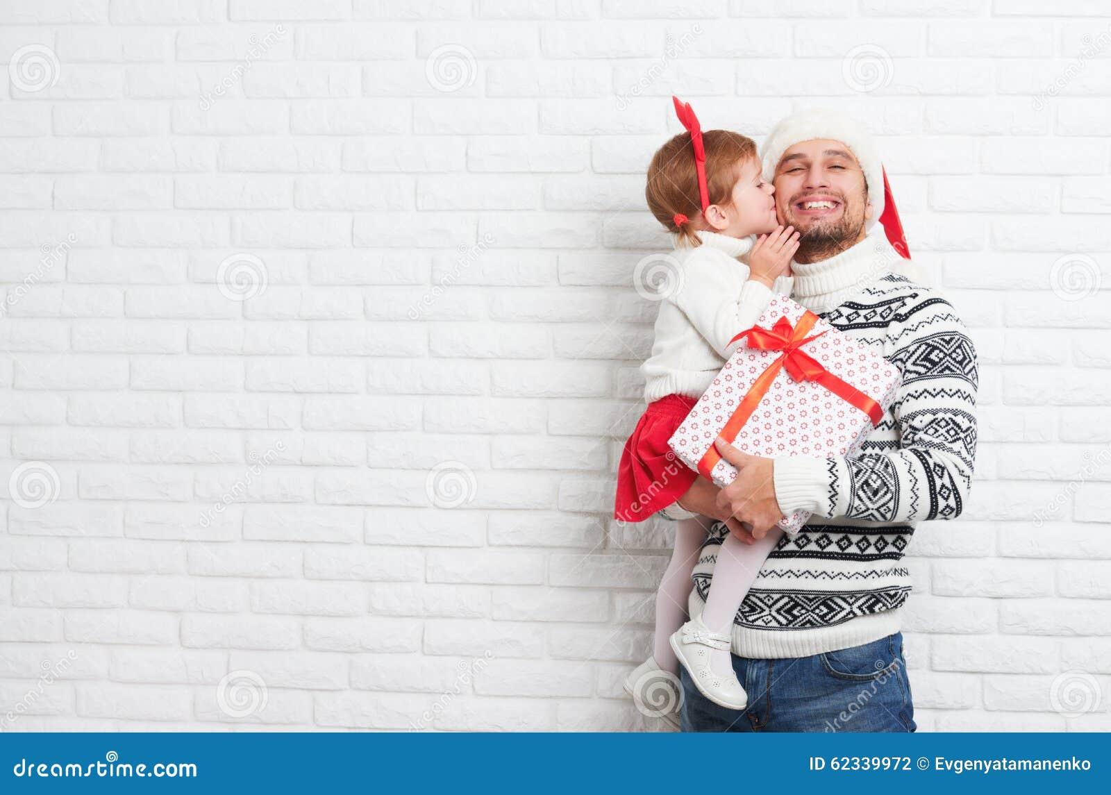 Padre y ni o felices de la familia con el regalo en beso - Regalo padre navidad ...