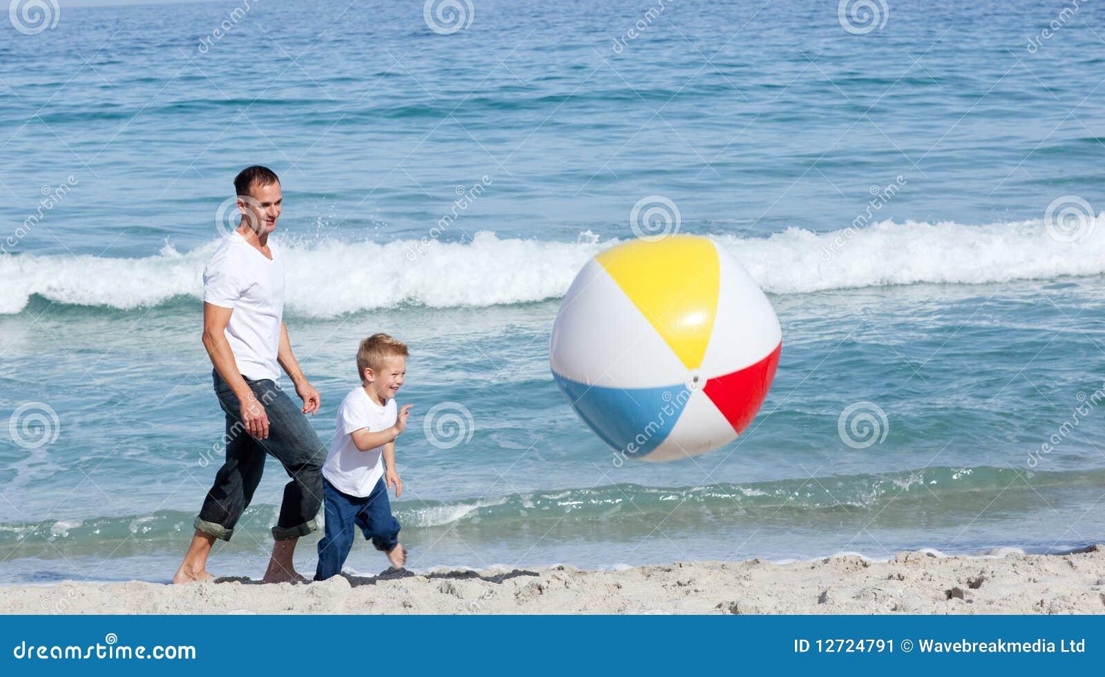 Padre y su hijo que se divierten
