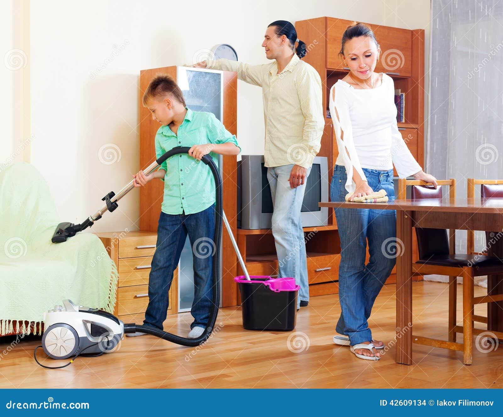 Padres con el hijo adolescente que hace la limpieza de la - Limpieza en casa ...