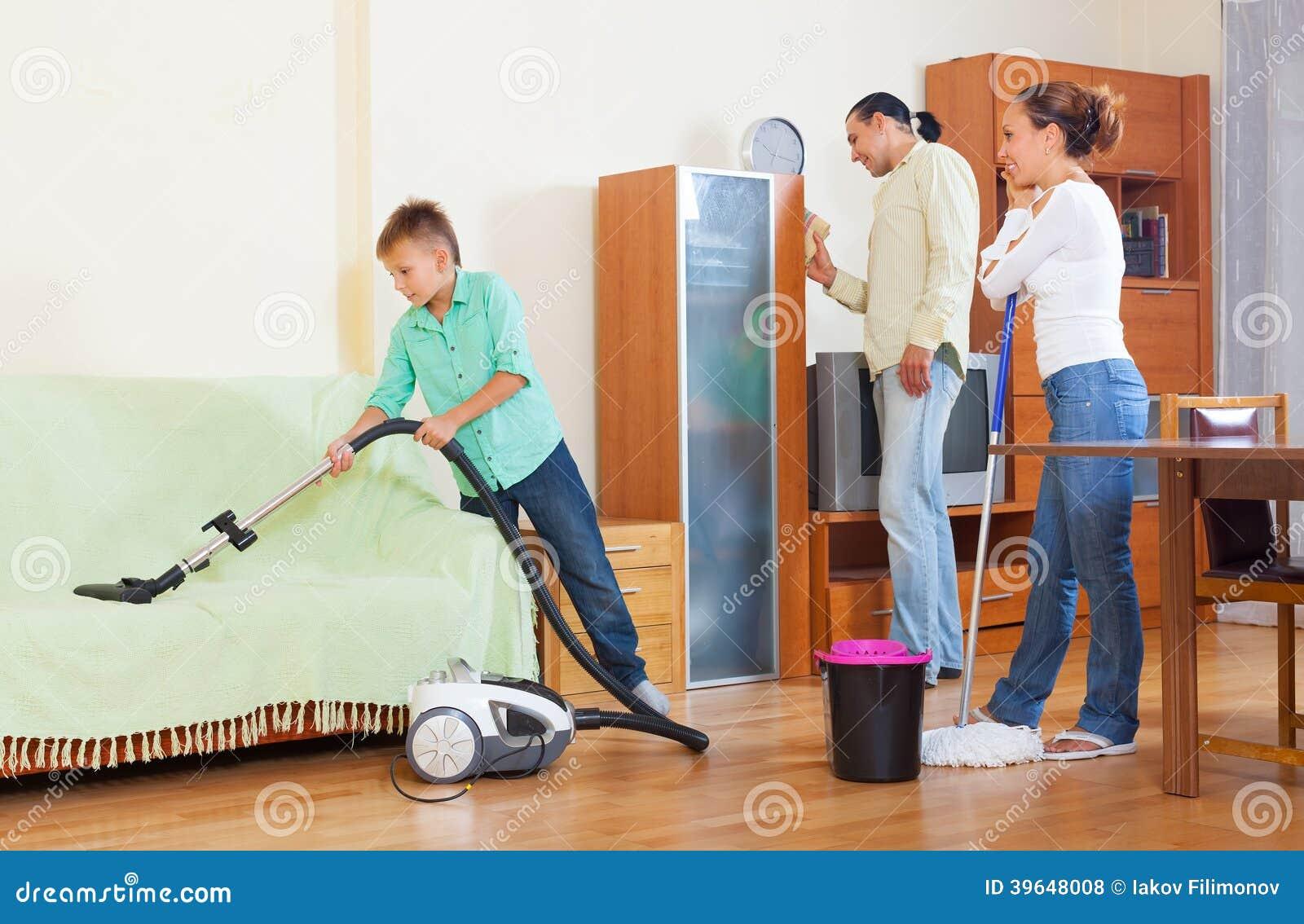 Padres con el hijo que hace la limpieza de la casa en - Limpieza en casa ...