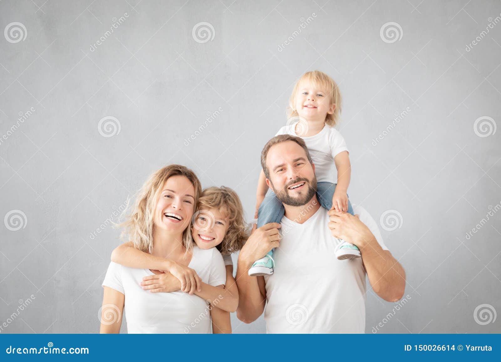 Padres con los niños que se divierten en casa