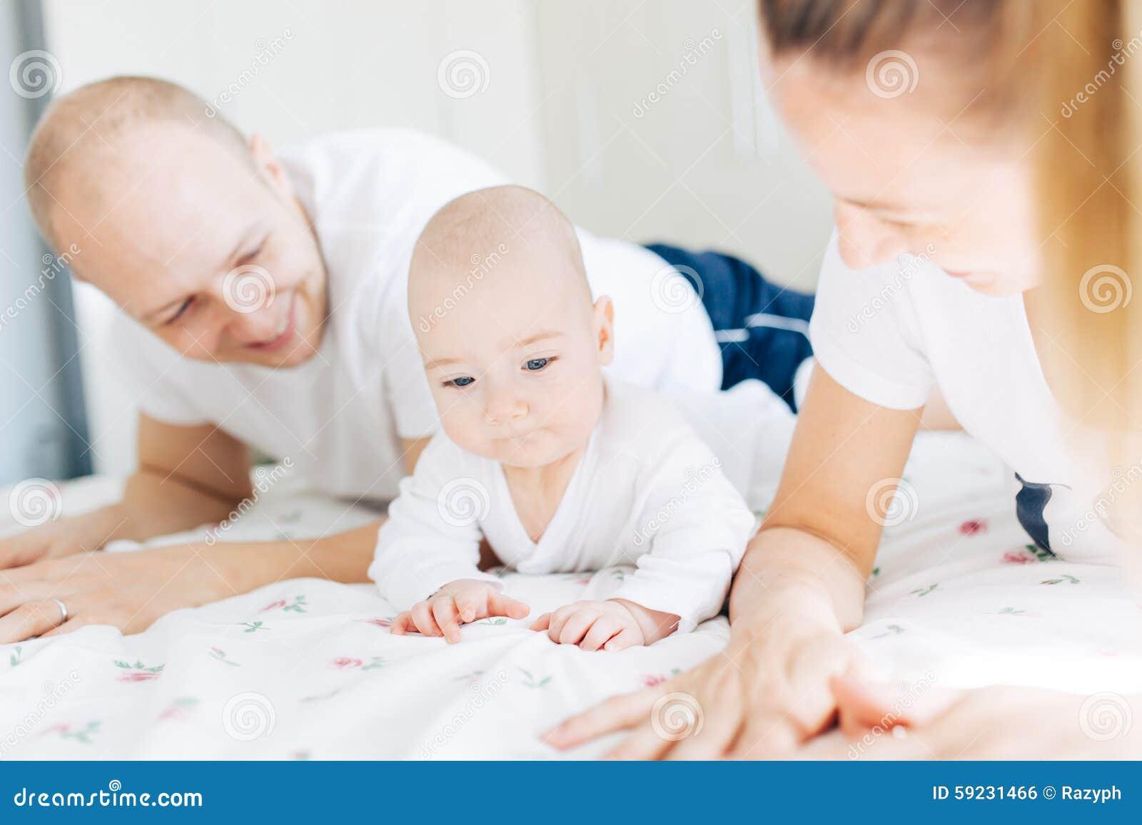 Download Padres Cuidadosos Con El Bebé Foto de archivo - Imagen de diversión, dentro: 59231466