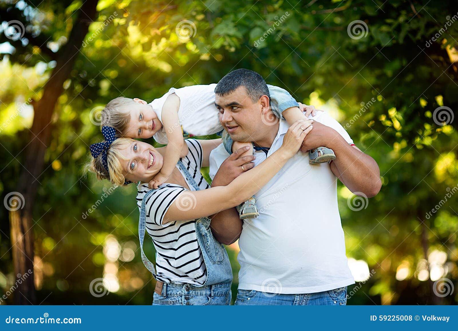 Padres felices que detienen a su hijo