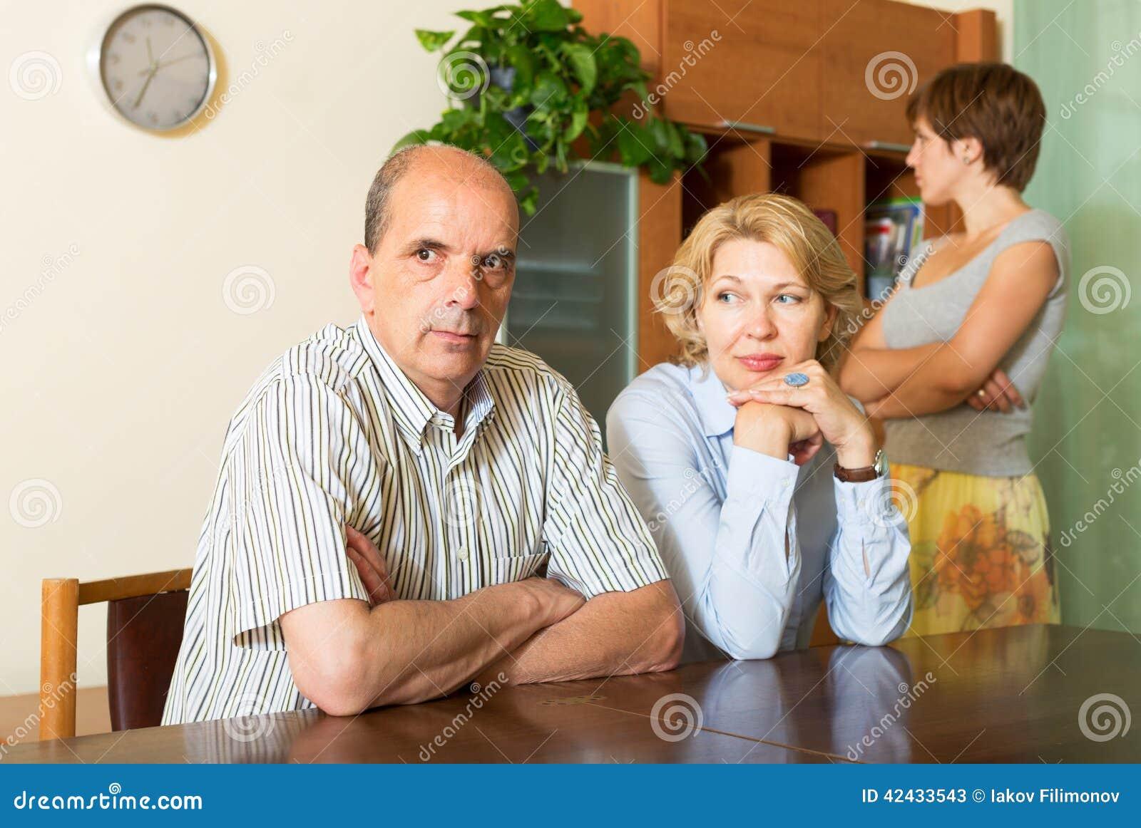 Padres maduros con la hija que tiene conflicto