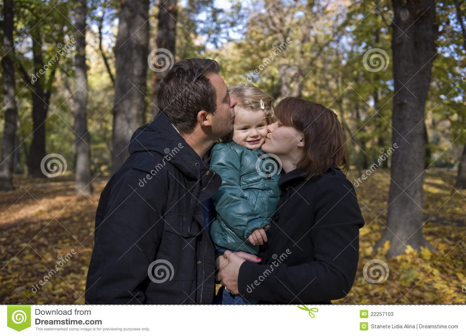 Padres y niña felices