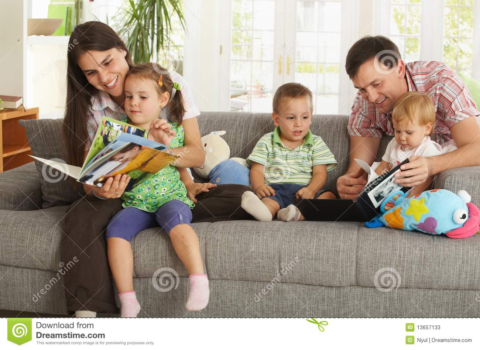 Padres y niños que se divierten en el país