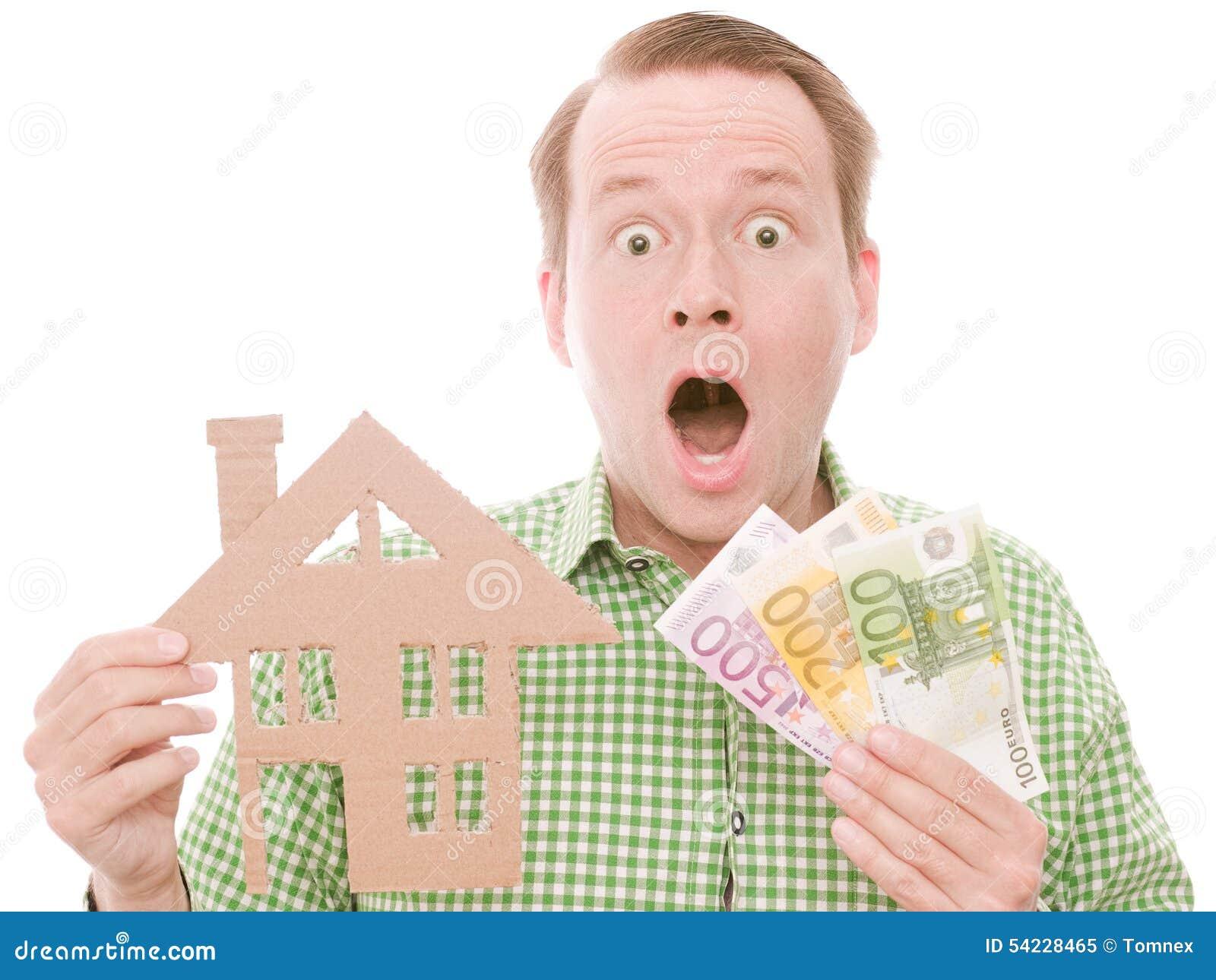 Padrone di casa colpito con soldi