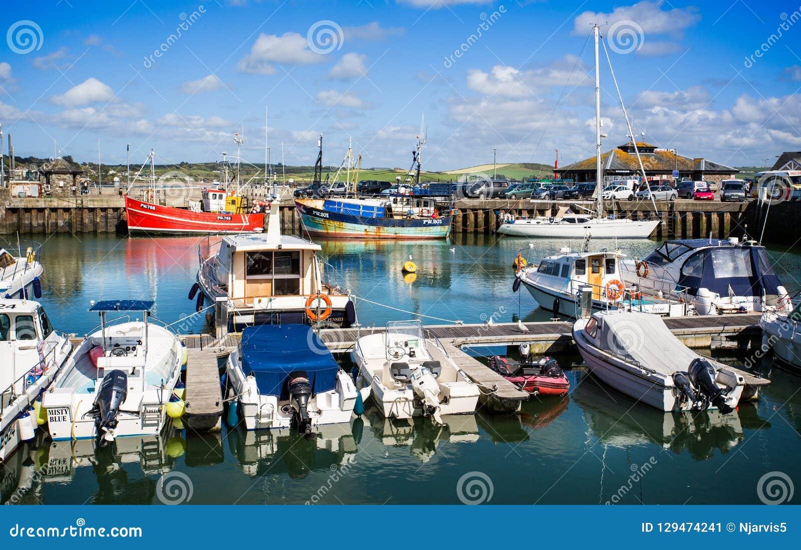 Padstowhaven met vastgelegde die vissersboten op achtergrond in Padstow, Cornwall, het UK wordt genomen