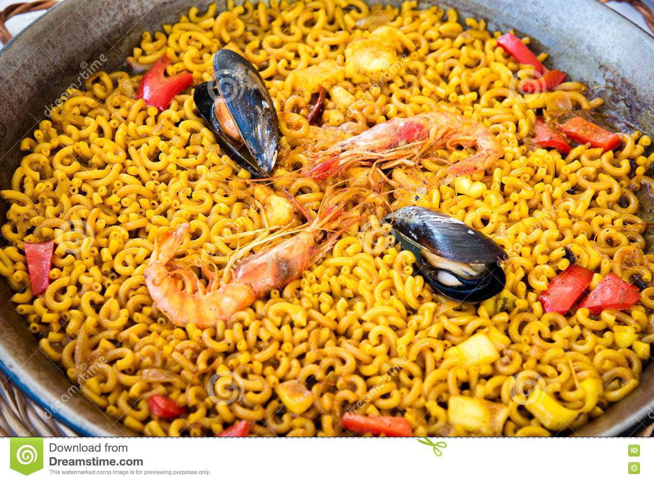 paella de p tes de fruits de mer cuisine espagnole photo stock image 79489914. Black Bedroom Furniture Sets. Home Design Ideas