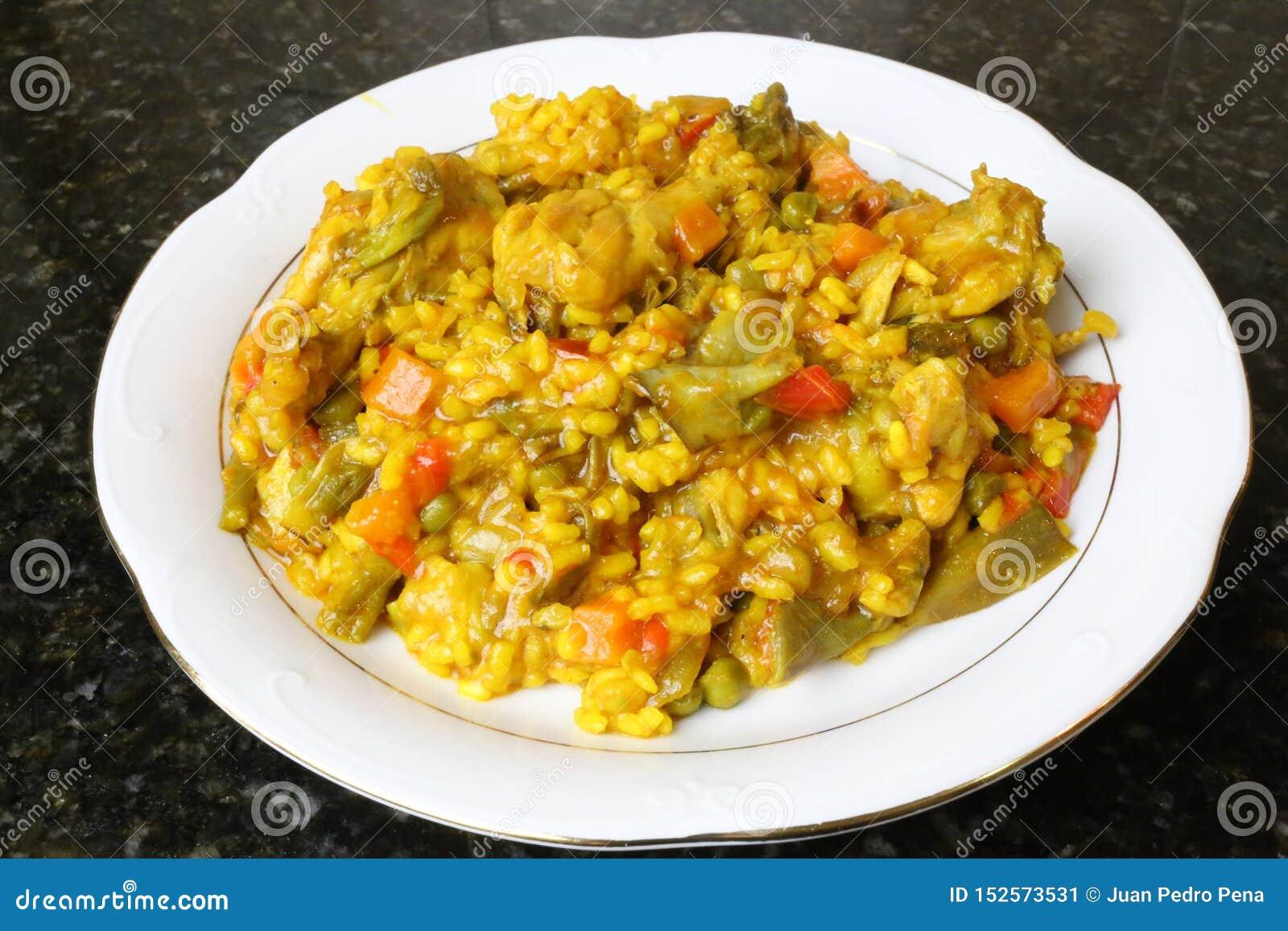 Paella di riso con il pollo e le verdure