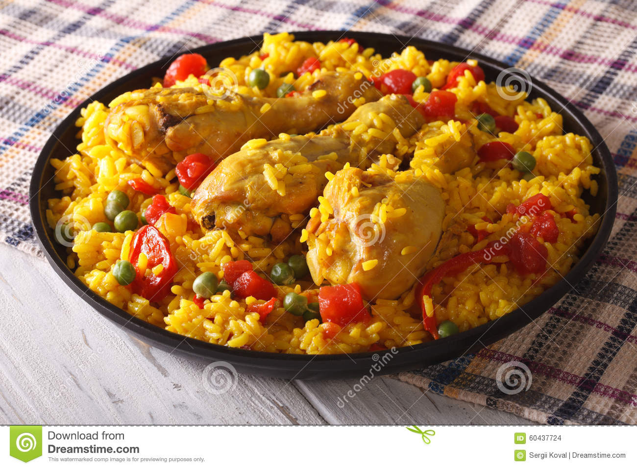 paella espagnole avec le plan rapproch de poulet d 39 un plat horizontal photo stock image 60437724. Black Bedroom Furniture Sets. Home Design Ideas