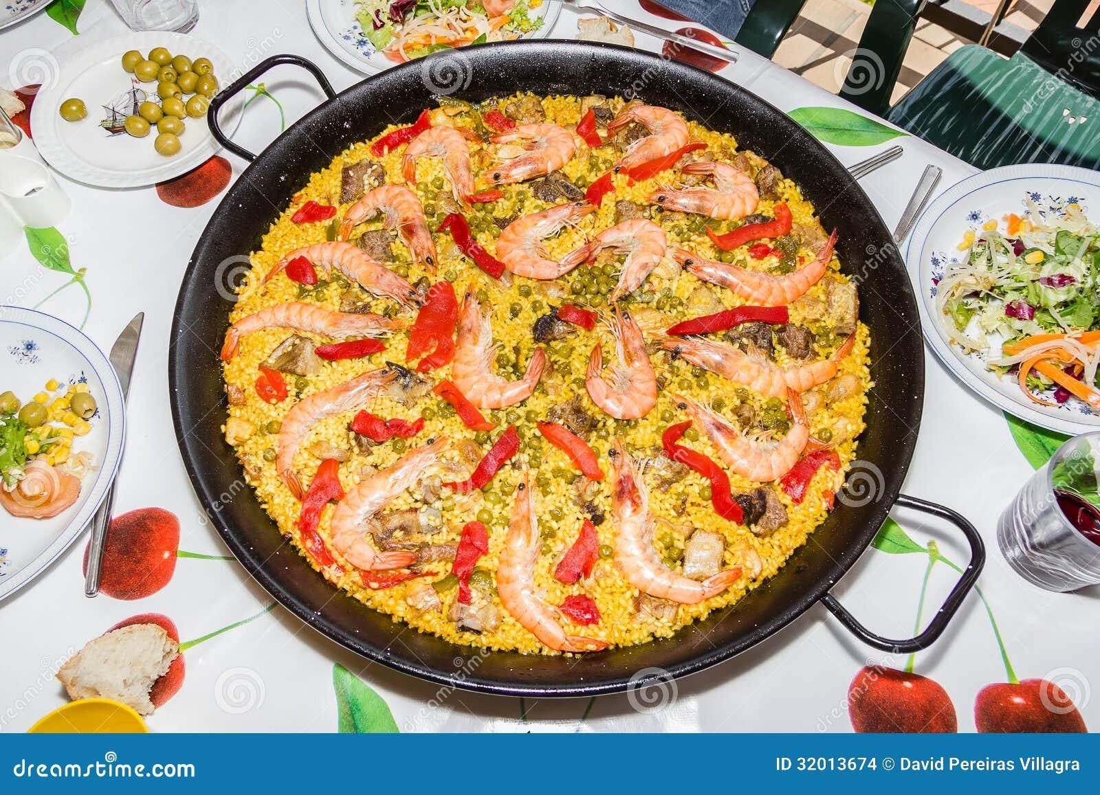 paella espagnole traditionnelle cuite dans une casserole images stock image 32013674. Black Bedroom Furniture Sets. Home Design Ideas
