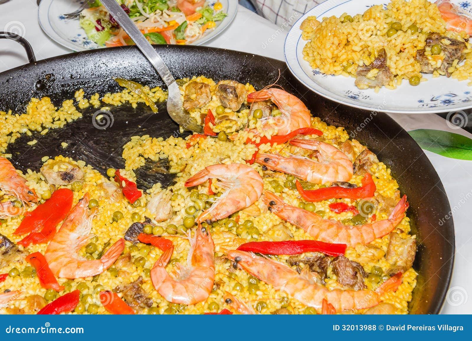 paella espagnole traditionnelle cuite dans une casserole photos libres de droits image 32013988. Black Bedroom Furniture Sets. Home Design Ideas