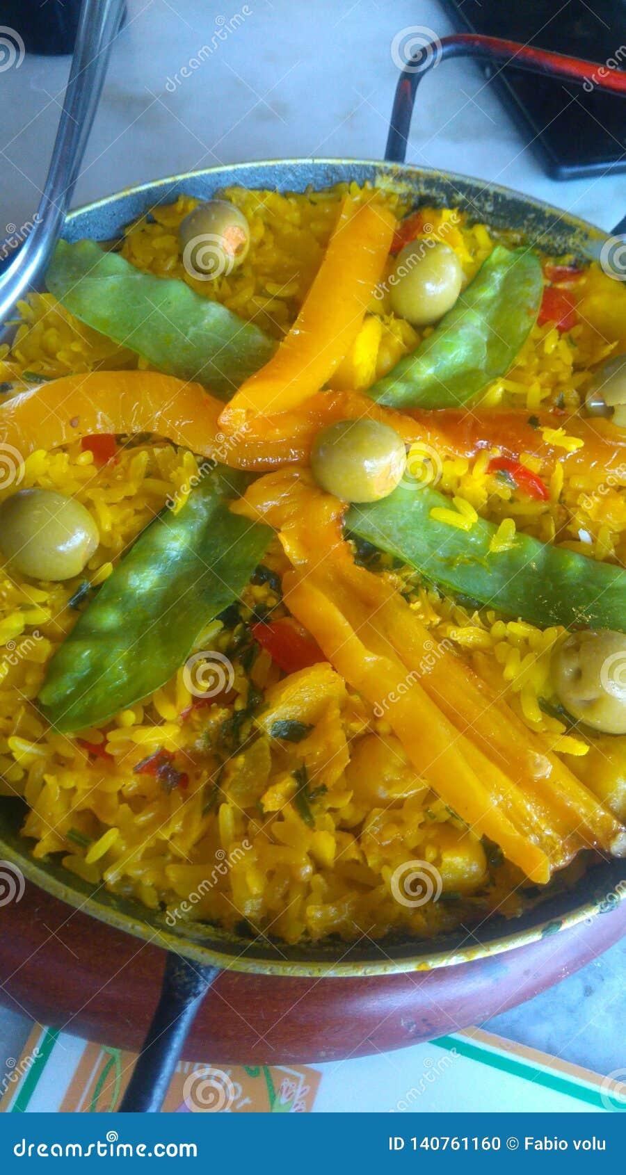Paella espanhol preparado no restaurante da rua
