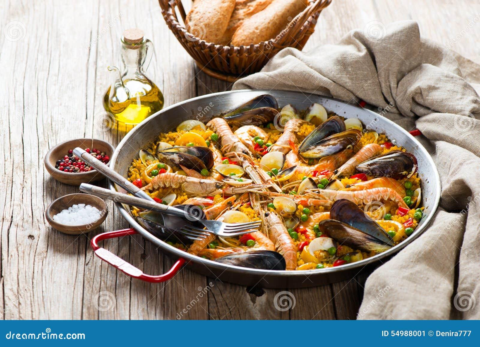Paella espanhol típico do marisco