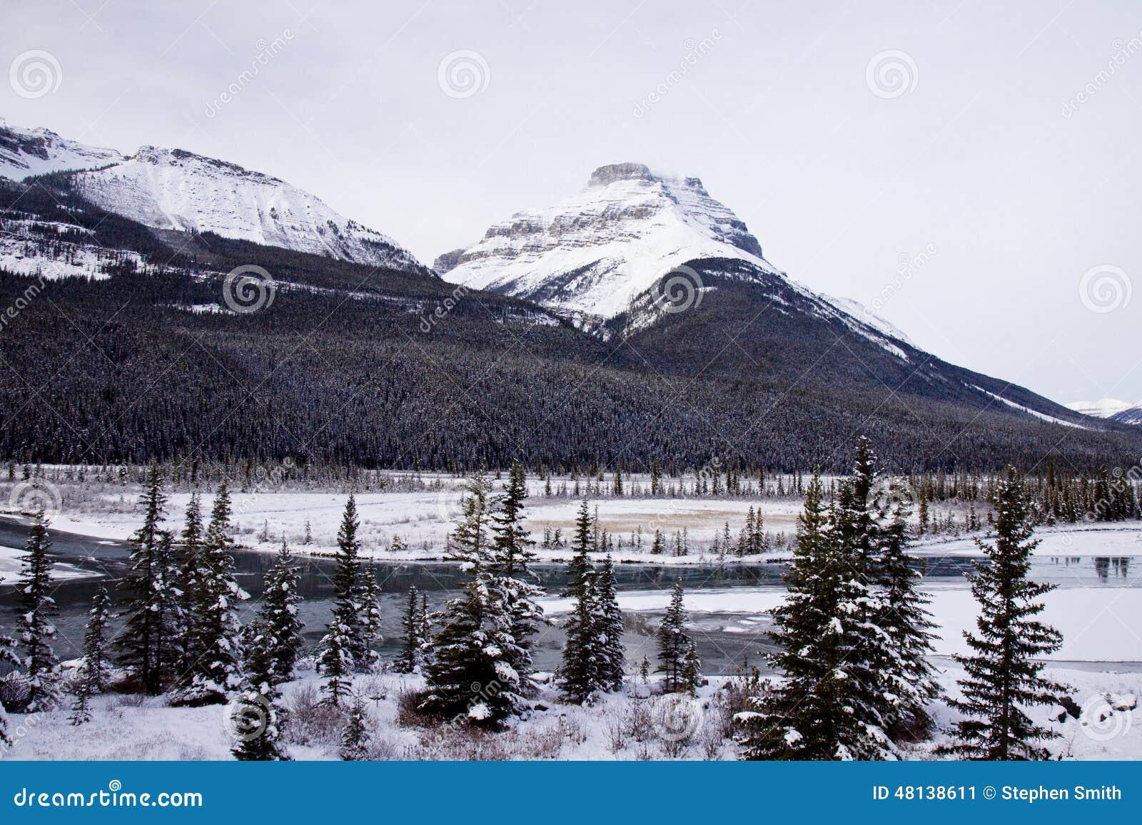 Paesaggi scenici nel parco nazionale di banff alberta for Cabine di pesca nel ghiaccio alberta
