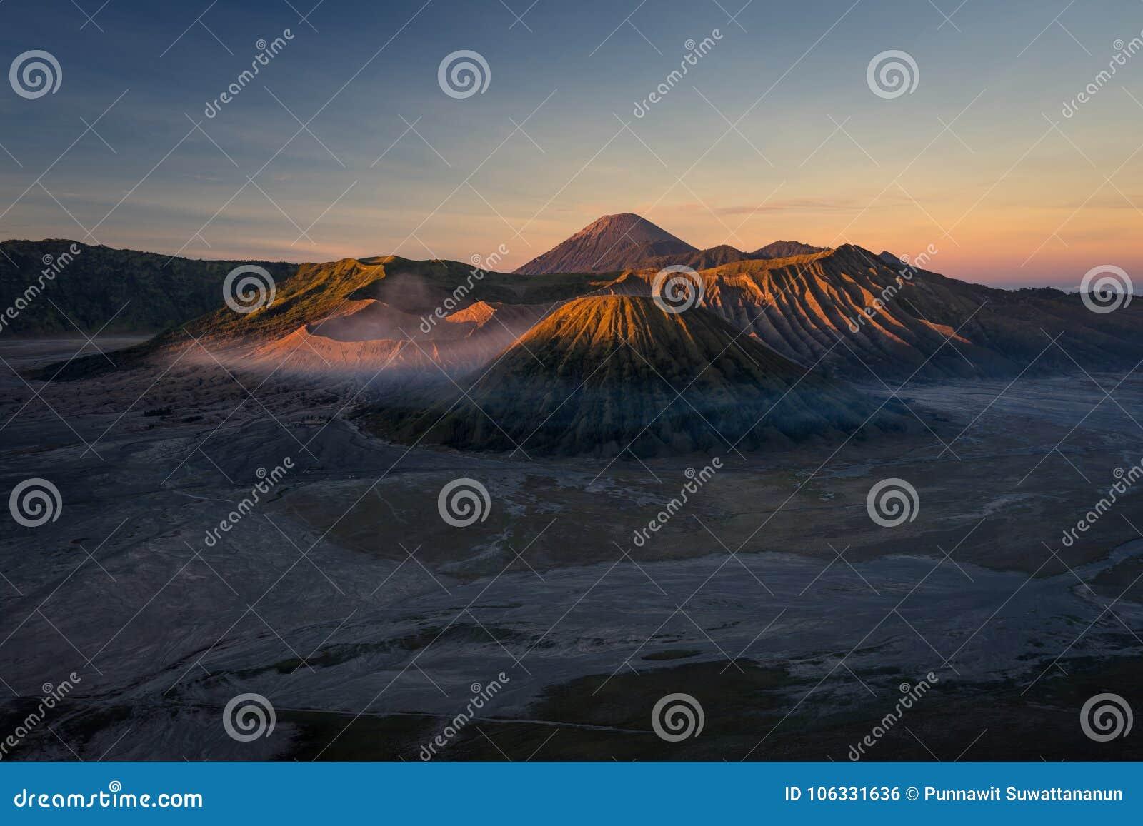 Paesaggio ad alba, East Java, I della montagna del vulcano attivo di Bromo