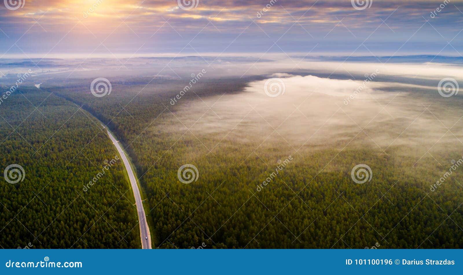 Paesaggio aereo di alba di mattina