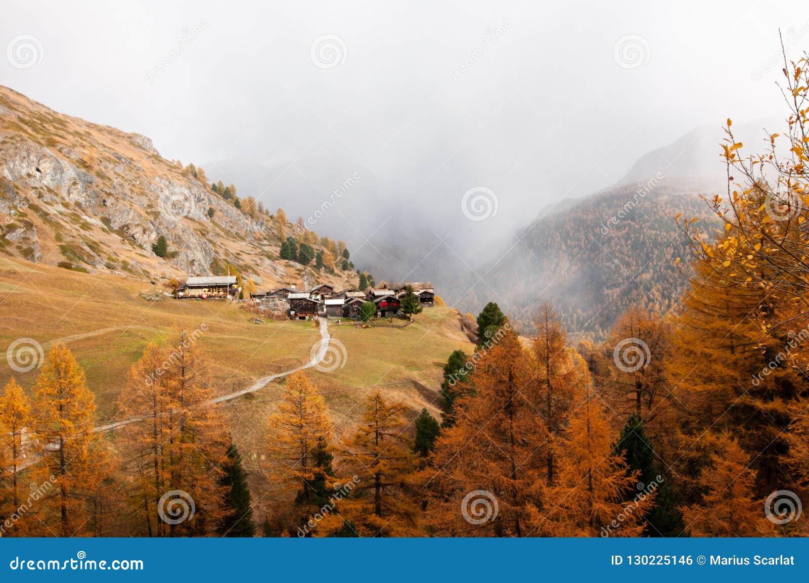 Paesaggio alpino di bello autunno con molti vecchi chalet nell area di Zermatt