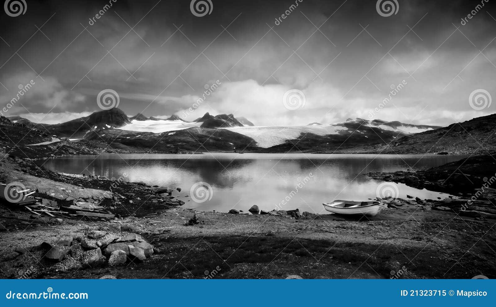Paesaggio in bianco e nero fotografia stock libera da for Disegni bianco e nero paesaggi